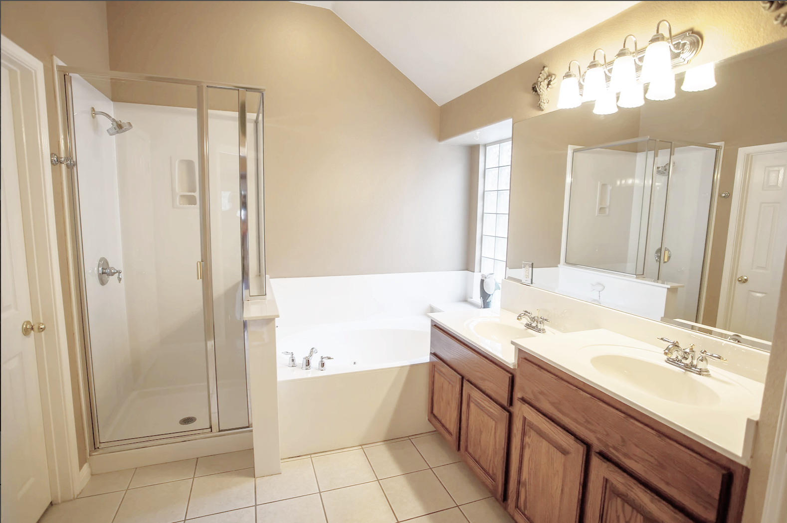 Dual Vanities and Soaker Tub