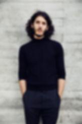 Der Schlagzeuger und Komponist Marcio de Sousa, geboren 1992, wuchs in einer Portugiesischen Familie in der Schweiz auf. In der Volksschule besuchte er zum ersten Mal Schlagzeugunterricht. Aber erst an der Kantonsschule Baden wurde das Interesse für den Jazz geweckt, durch inspirierende Lehrer wie Pit Gutmann, Reto Suhner und Max Frankl. 2012/13 nahm er Teil am Young Composers Project vom Künstlerhaus Boswil, und wurde für das Spitzenförderungsprogramm des Kantons Aargau aufgenommen.  Seit 2014 Studiert er an der Zürcher Hochschule der Künste bei Tony Renold und Pierre Favre. Seit 2017 ist er Laureat des Förderpreises Jazz der Friedl-Wald Stiftung. Marcio de Sousa ist ein aktives Mitglied der Jungen Schweizer Jazzszene und führt sein eigenes Quintett mit traditionsbewussten Kompositionen mit Fortschrittsgedanken.         -------        Drummer and Composer Marcio de Sousa, born 1992, grew up in in a portuguese family in Switzerland. His first drum lessons took place in elementary