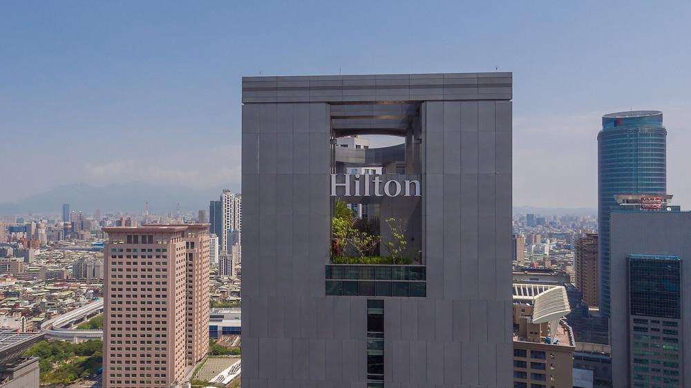 強調希爾頓Hilton飯店位於板橋火車站商區