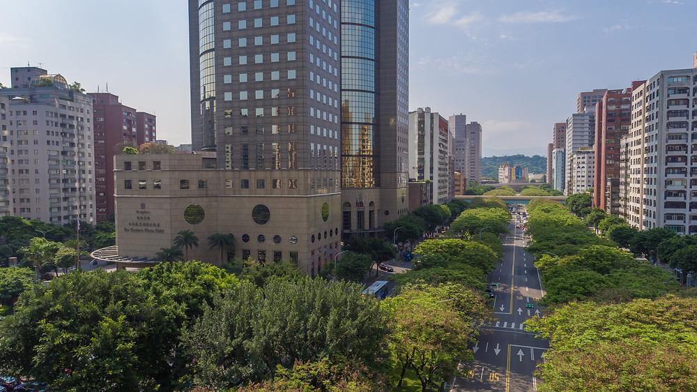 綠意盎然的敦化南路與飯店