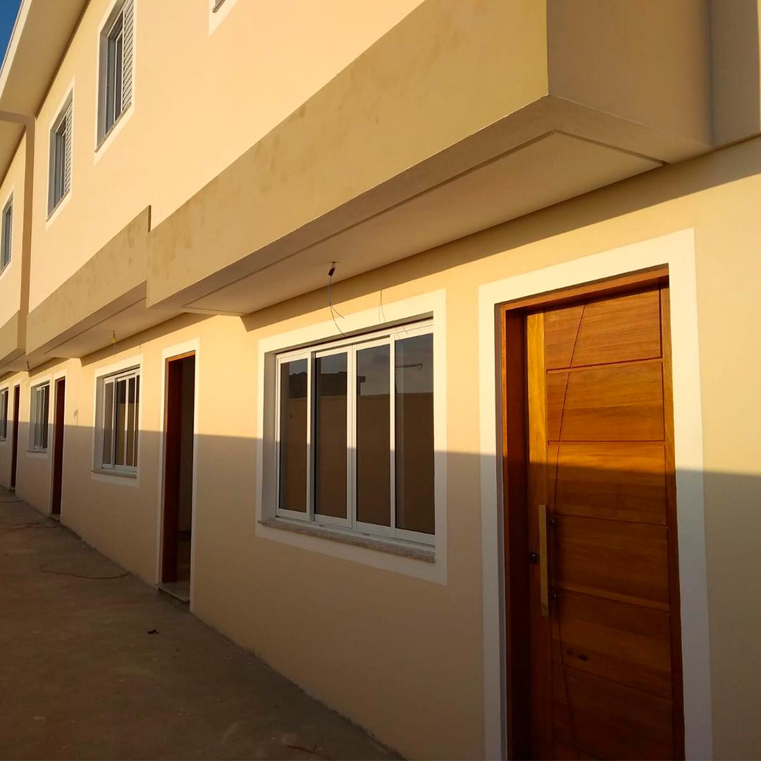 Portas de entrada de todas as casas do condomínio