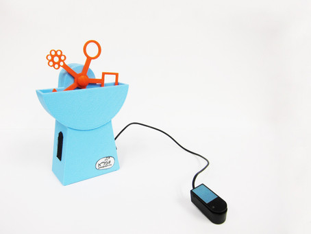Soap bubble blower with the option of pressing a switch to choose the shape of the bubble