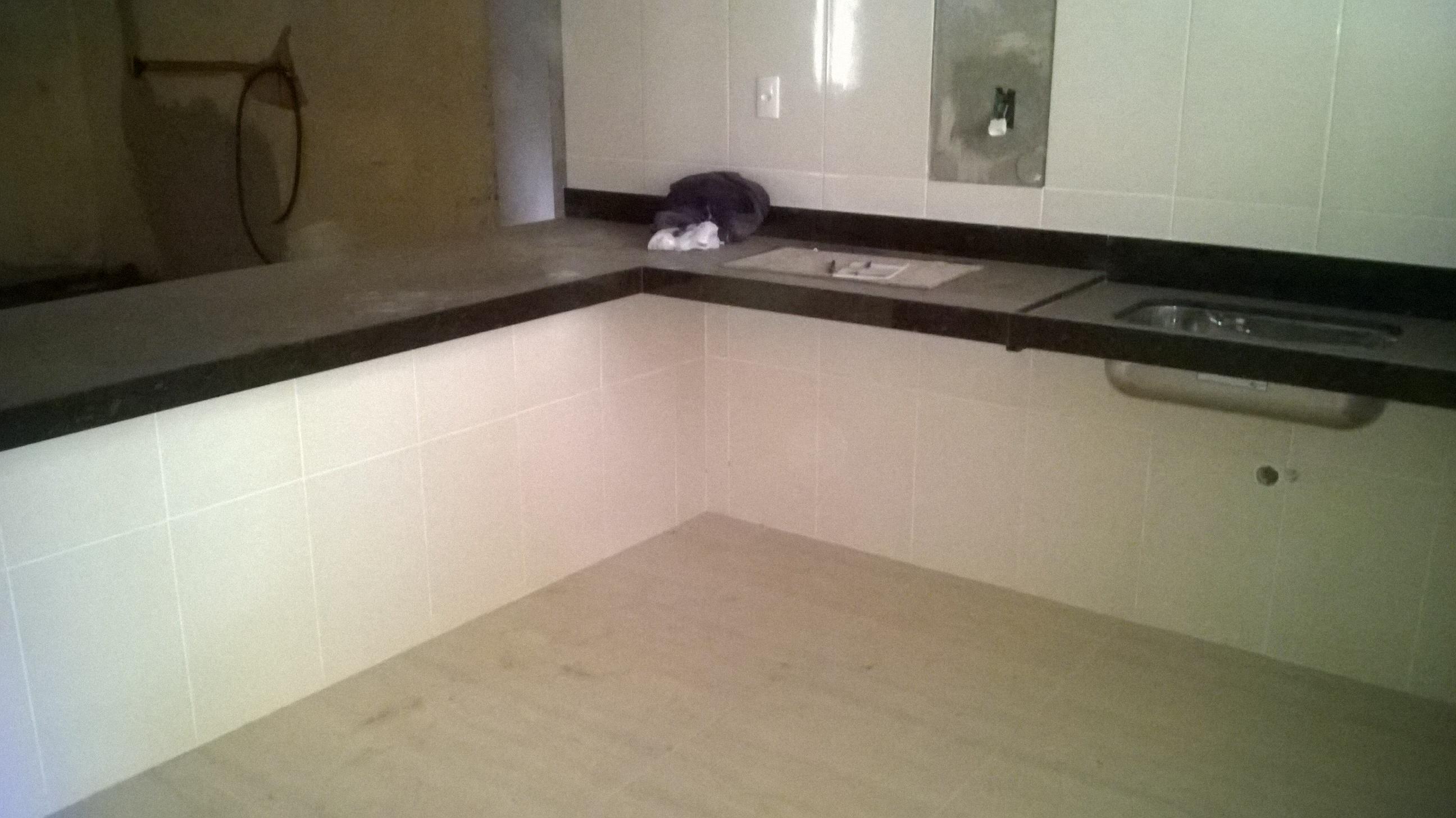 Assentamento de bancada e piso