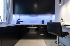 Kuchnia wnętrza inspirowanego stylem glamour. Mieszkanie o wysokim standardzie, sprzedało się w 4 dni. Projekt oraz home staging wykonany pod nadzorem Biura Projektowego Sylwia Płonka