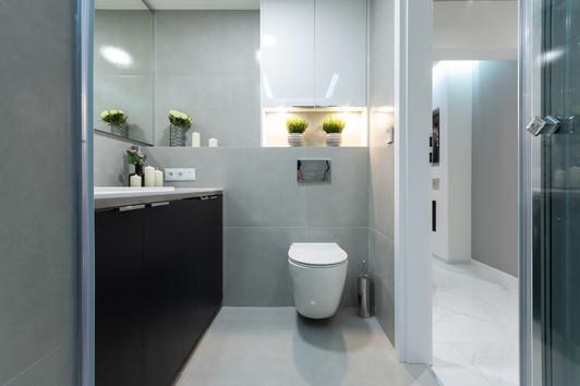 Łazienka wnętrza inspirowanego stylem glamour. Mieszkanie o wysokim standardzie, sprzedało się w 4 dni. Projekt oraz home staging wykonany pod nadzorem Biura Projektowego Sylwia Płonka