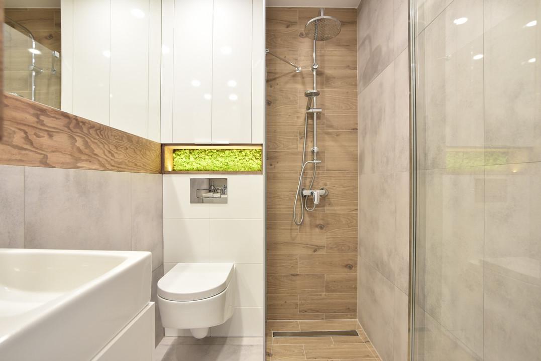 Łazienka z elemenem naturalnego mchu inspirowana stylem skandynawskim