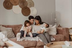 Newborn Homestory, Familienshooting zu hause, Baby Shooting