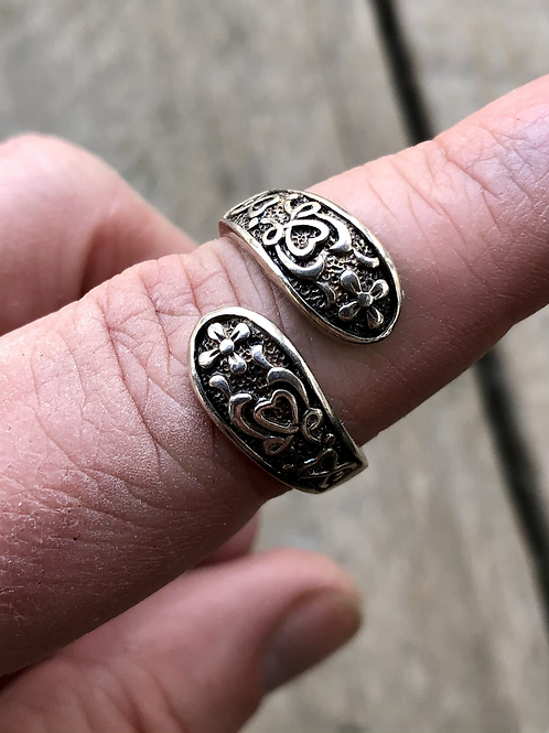 Sterling silver sizable heart and floral etched ring