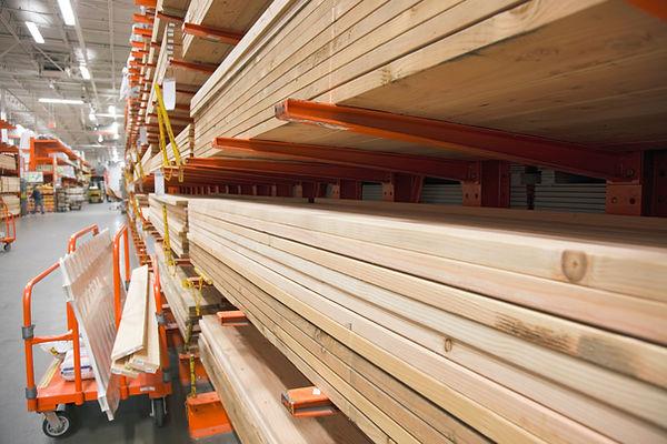 Seleção de madeira serrada em Hardware Store