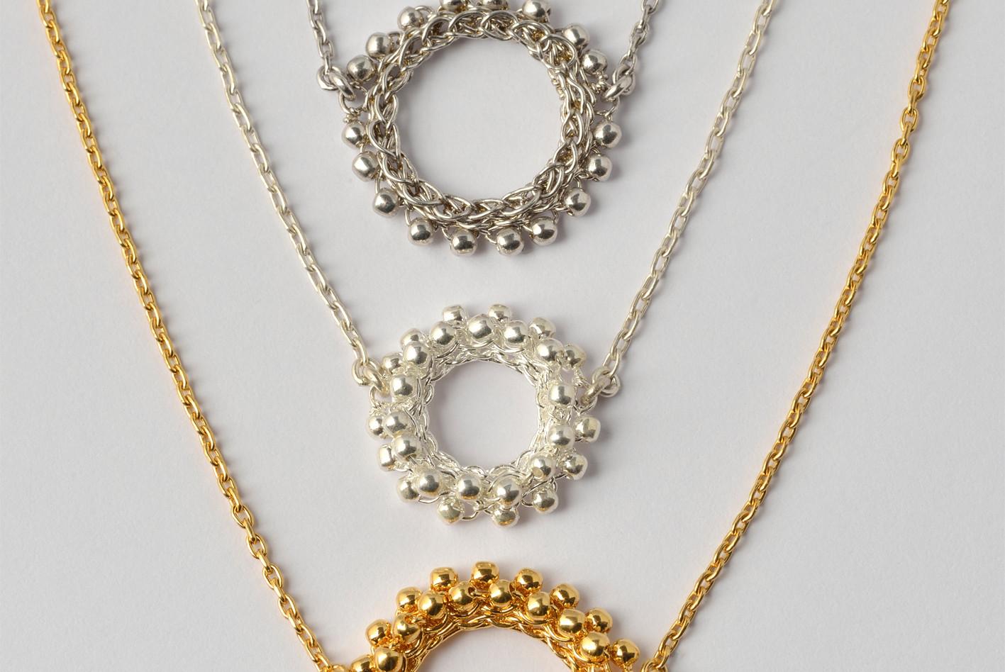 Ketten mit Mittelteil Doppelperlchen und Rahmen, rhodiniert, Silber, feinvergoldet