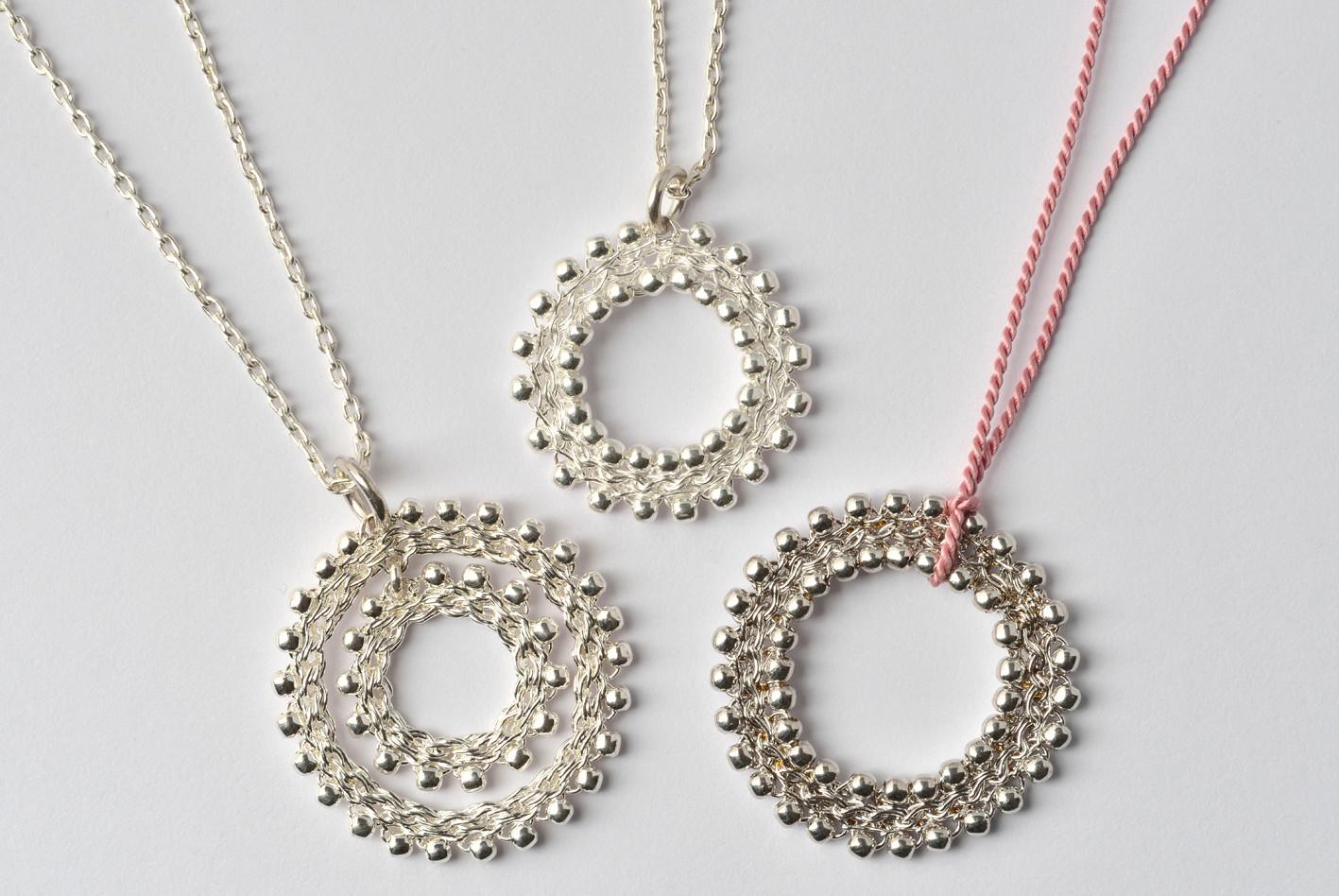 Anhängerscheiben mit beweglichem Innenteil Silber, Doppelperlchen breiter Rand Silber, rhodiniert
