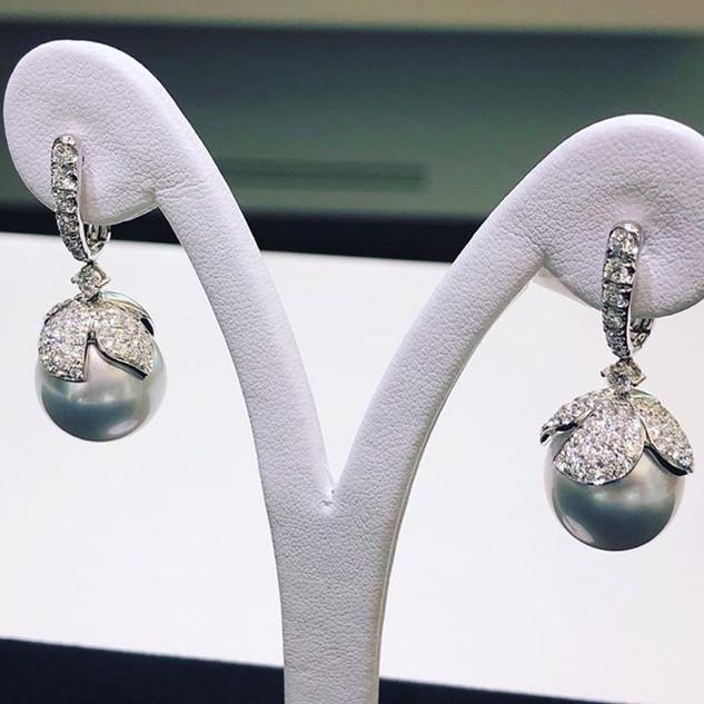 Orecchini in oro bianco 18kt (750) con diamanti taglio brillante color G di ct 1,76 e perle australiane mm 14 rifiniti a mano.