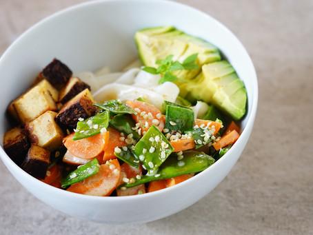 Vegane Bowl: Reisnudeln, Tofu und Avocado