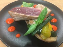 Pavé de thon, aubergine grillé, poivrons