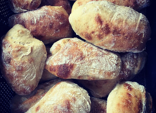 Tous les matins, le pain tradition de notre voisin boulanger est livré fais pour préparer nos sandwi