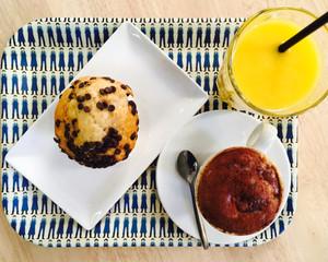 Pour bien commencer la journée... jus orange mangue, cappuccino, muffin vanille pépites choco