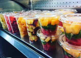 C'est l'été on mange des fruits 🍇🍏🍉🍌🍒🥝🍊🍓Chaque jour nos préparateurs épluchent coupent et pr