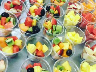 Les fruits coupés du jour sont en préparation