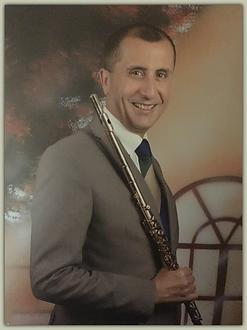 Nikkos con bordi e flauto.png
