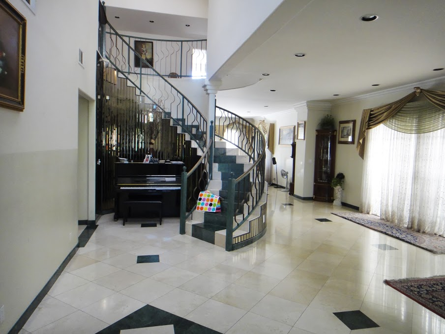 FRONT ENTRANCE WITH STAIR CASE.JPG