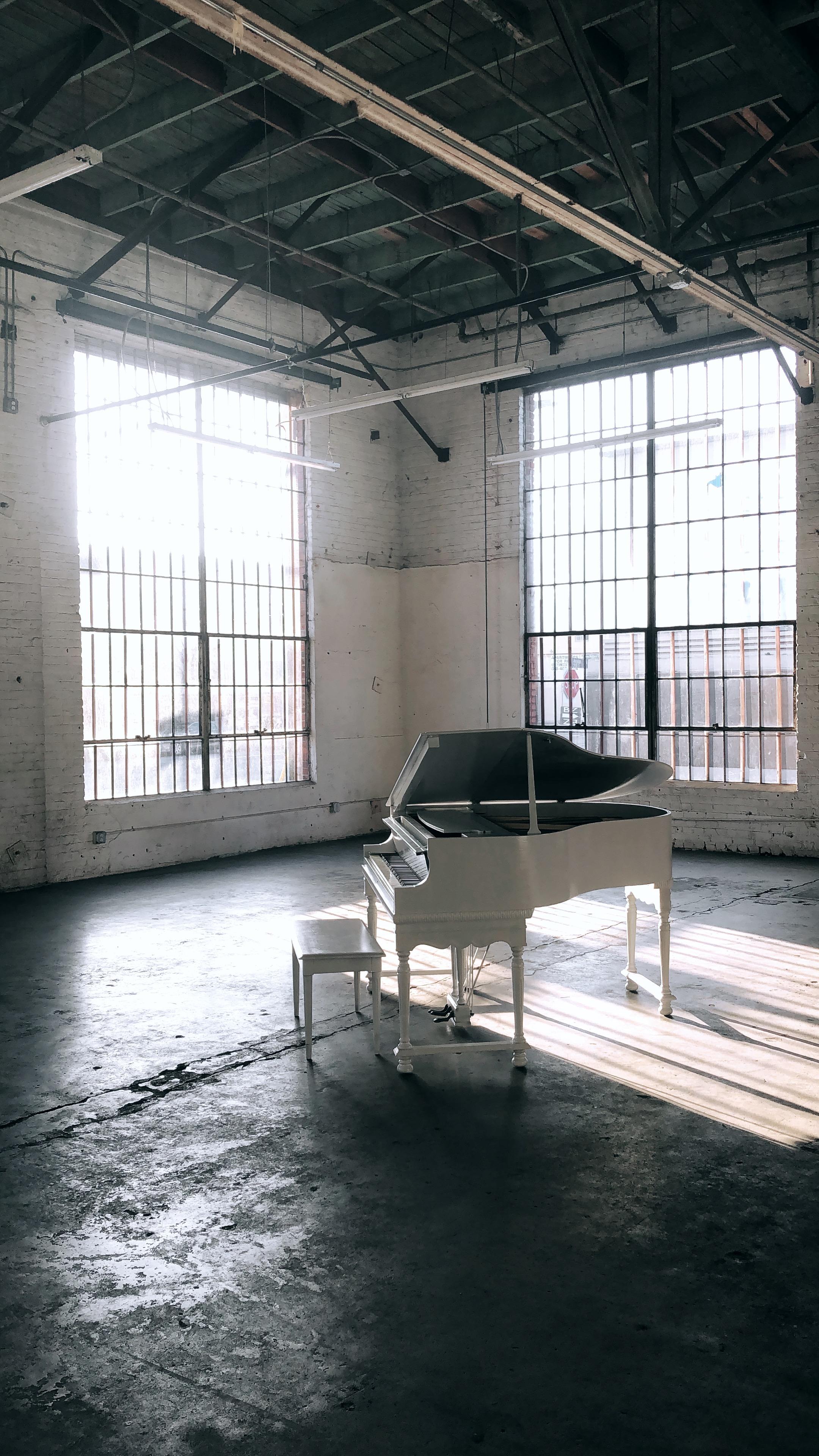 Baby Grand Piano (White)