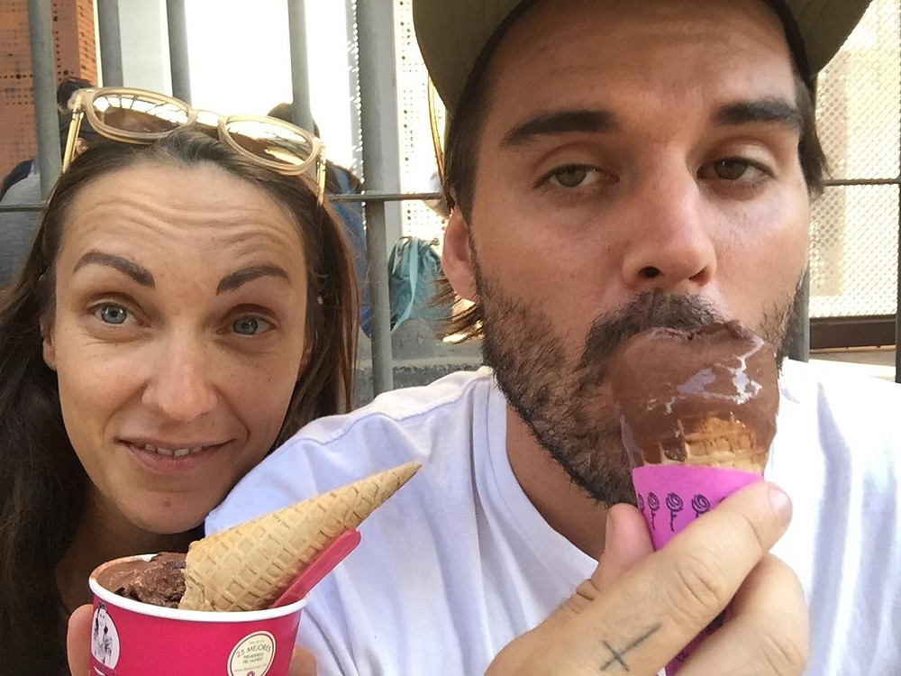 2 people eating ice-cream