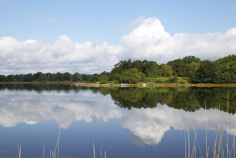 Listerby skärgård en solig dag med himmel som speglar sig i vattnet
