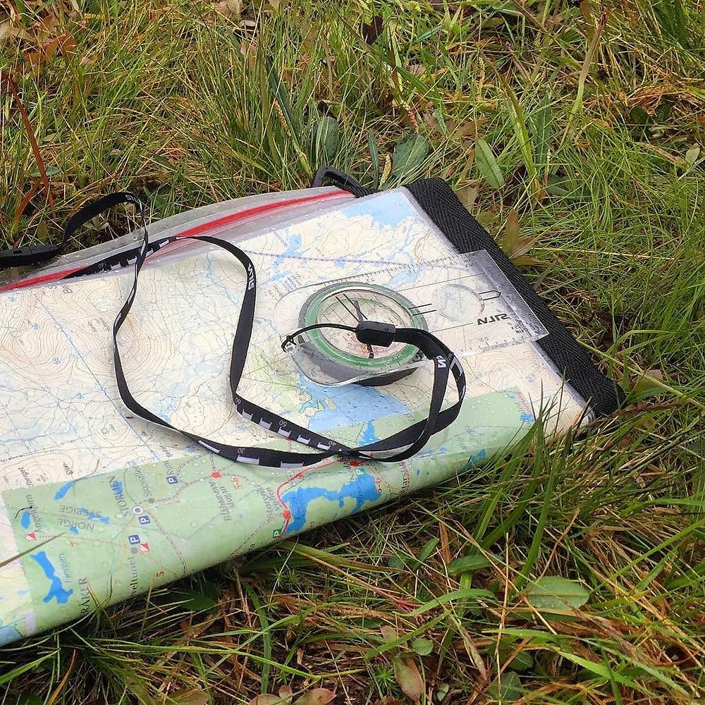En orienteringskarta och kompass