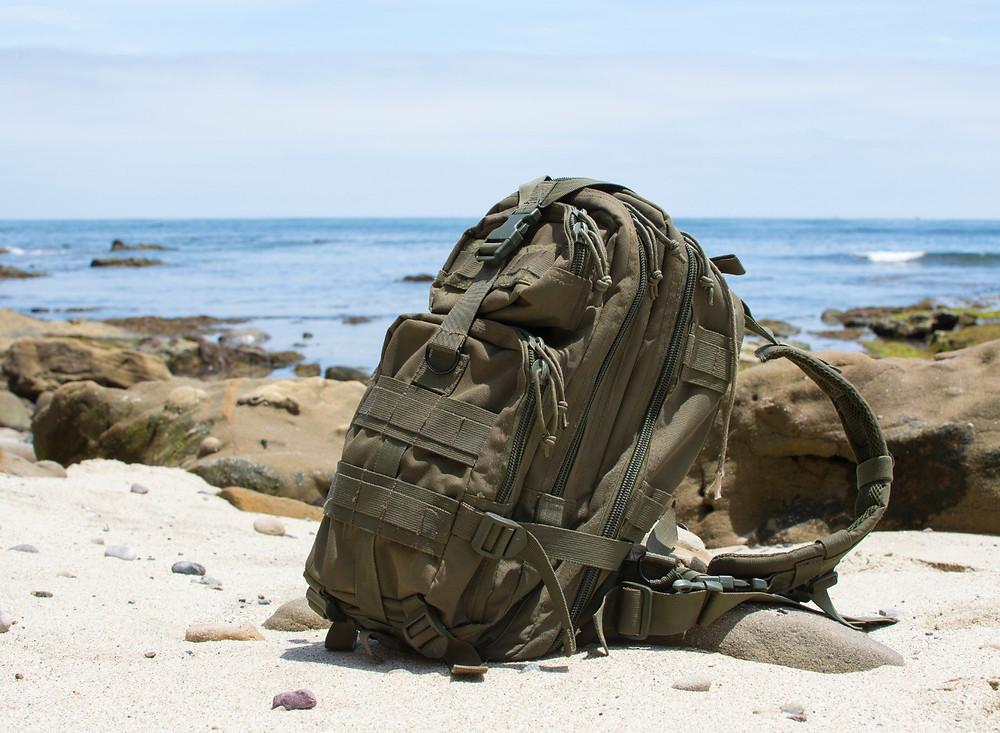 Ryggsäck ståendes på strand