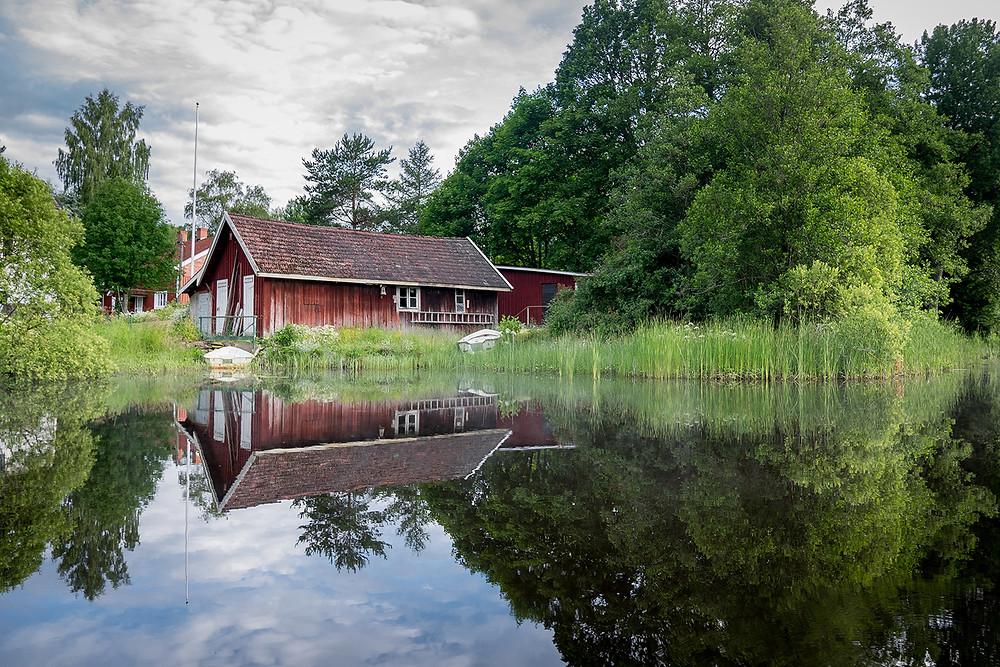 Hus vid en sjö och skog att hemestra i
