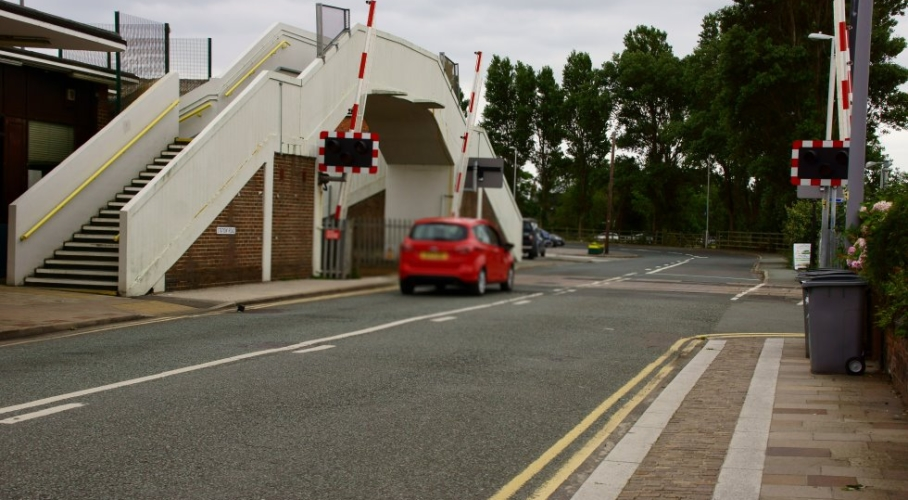 25a Hoylake station Level crossing Southeast to Carr Lane