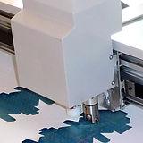 מכונה  בזמן חיתוך דיגיטלי של דוגמא מקרטון