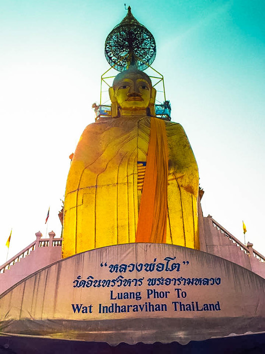 Wat Intharawihan, Standing Buddha