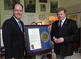 Сенатор Джак Джонсон вручает Игорю Бабайлову оффициальное признание Сенатом.
