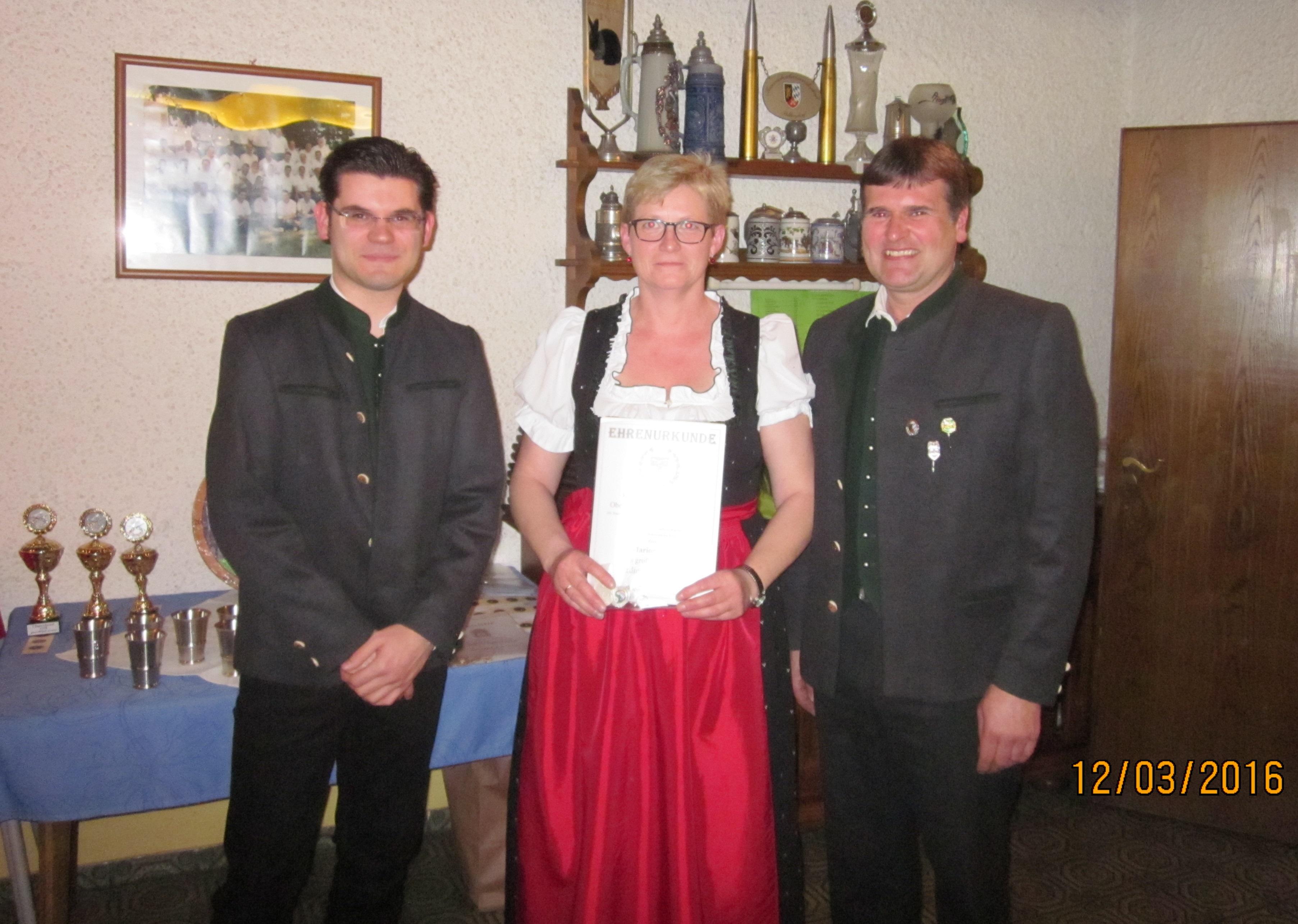 geehrt_für_ihr_Ehrenamt_und_25_J._aktive_Mitgliedschaft_im_Schützenbund-Marion_Ertl