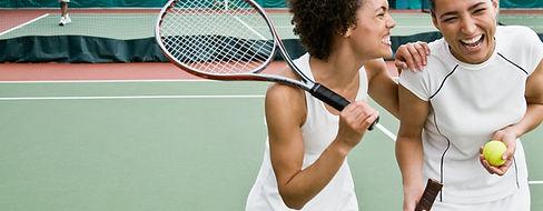 Kobiety gra w tenisa