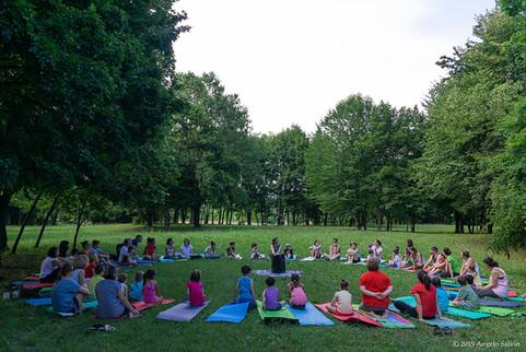 Yoga-in-fiore-famiglie-4.jpg