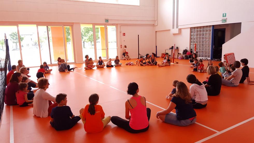 Yoga-in-fiore-famiglie-7.jpg
