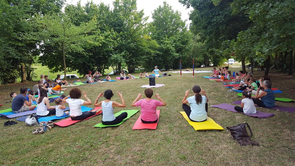 Yoga-in-fiore-famiglie-10.jpg