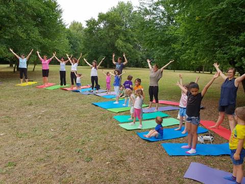 Yoga-in-fiore-famiglie-24.jpg