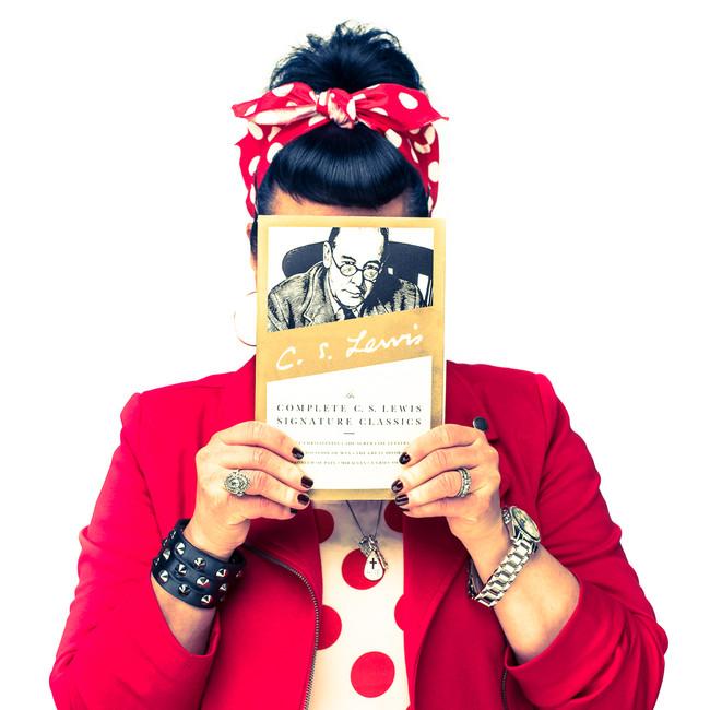 commercial-branding-portrait-photography-lifestyle-writer-marketing-hiding-face.jpg