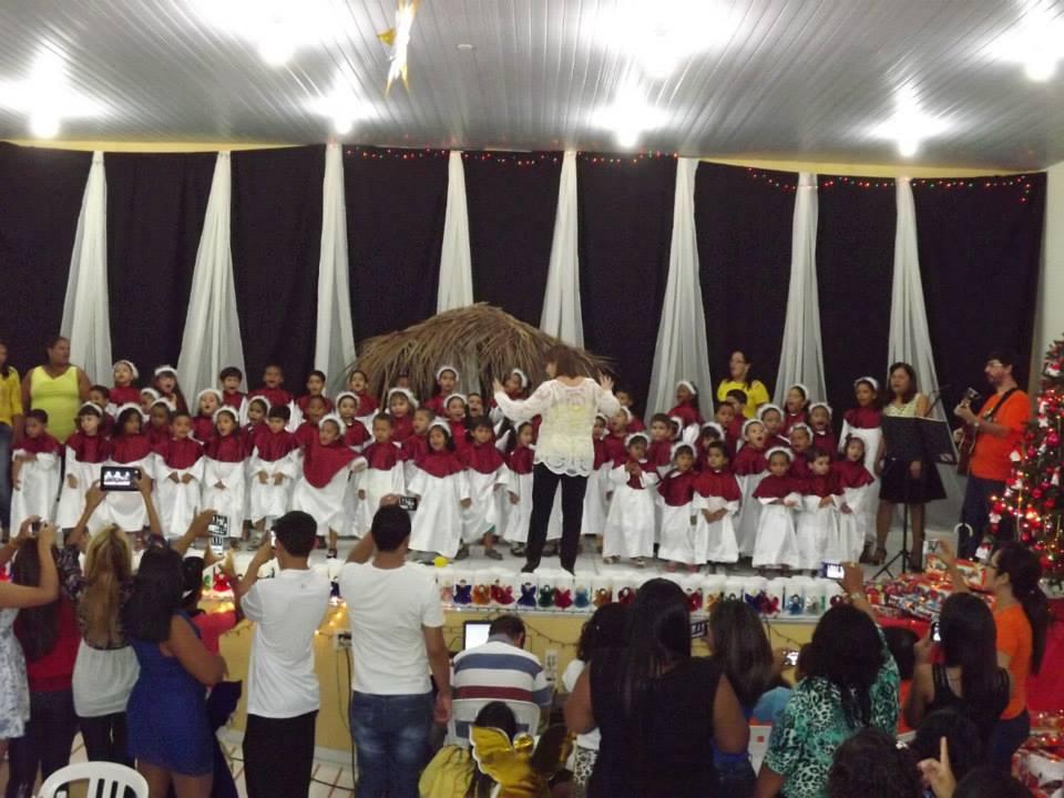 Crianças cantam numa linda festa