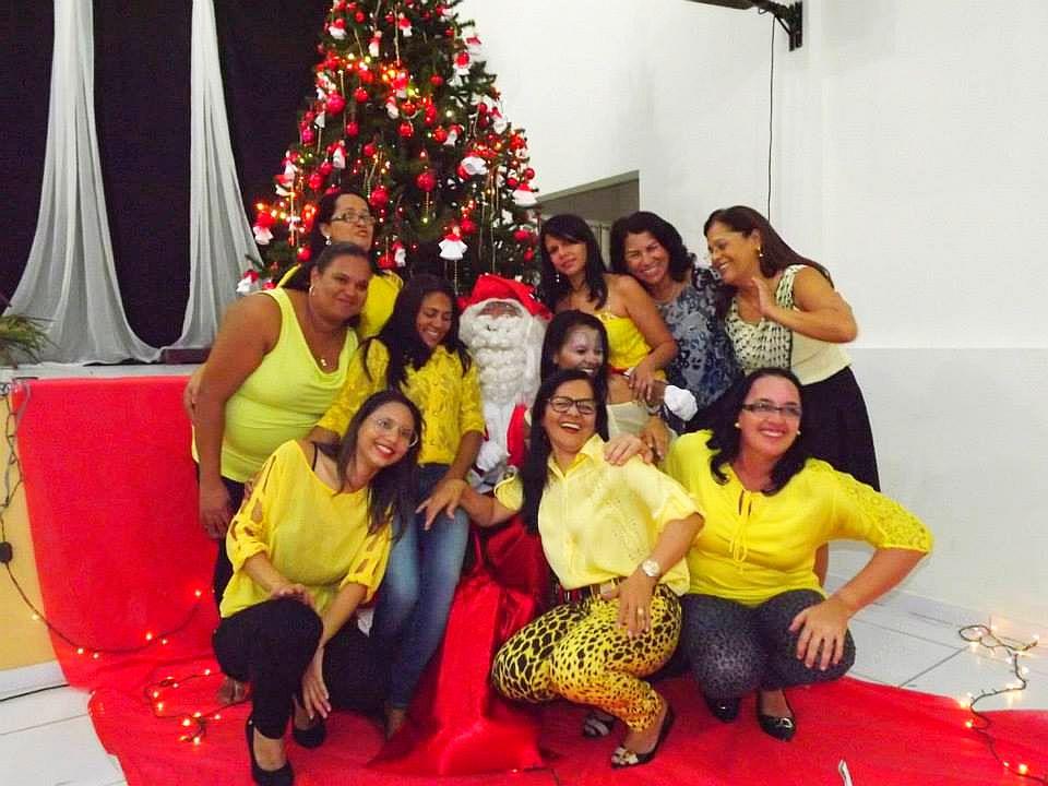 Papai Noel e professoras do CEIC