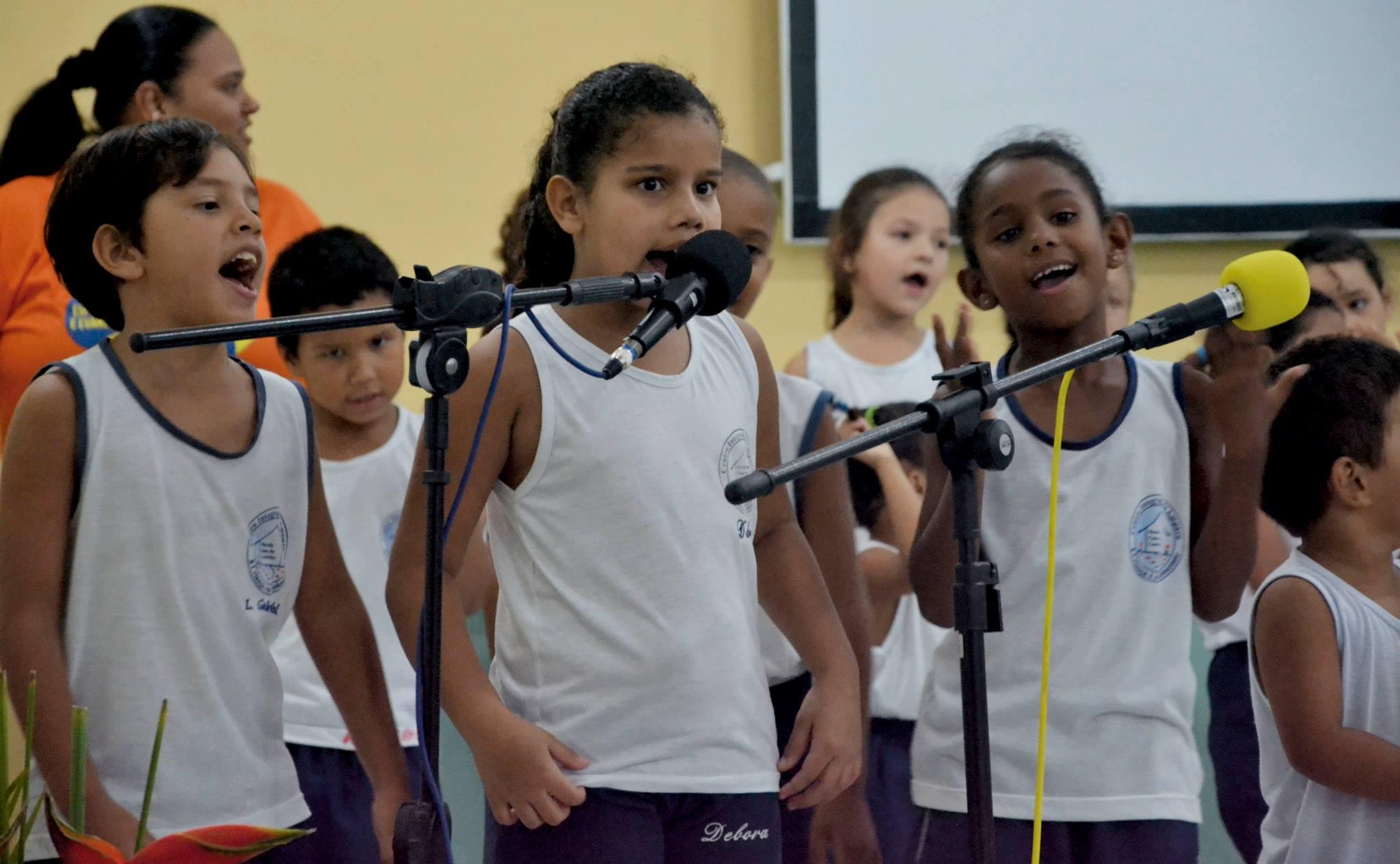 Crianças cantam na 18ª SEMESP