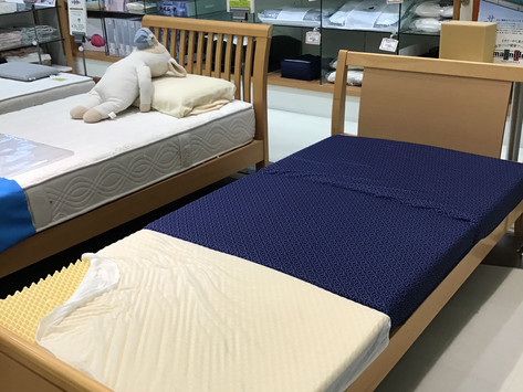 【寝具コーナーより…横寝時の肩への圧迫をやわらげる敷きふとん】