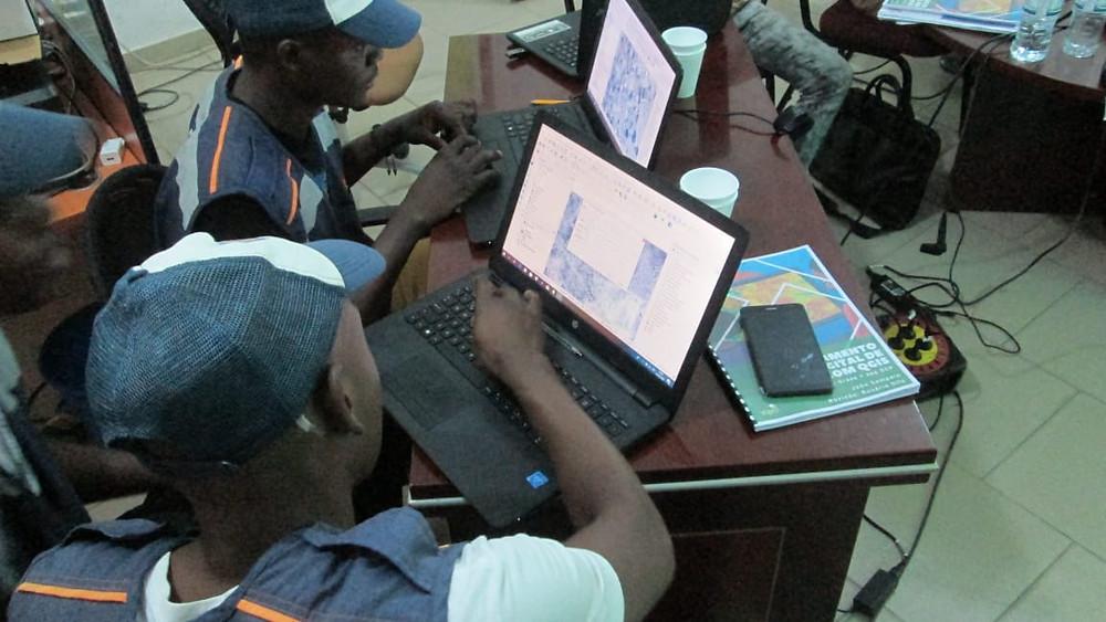 Técnicos da administração municipal de Ondjiva no Cunene, participando de uma formação de SIG por iniciativa da TopoGIS e o PNUD
