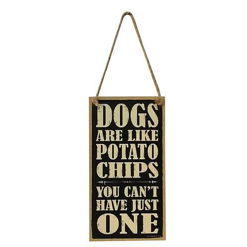 Houten hangbordje 'Dogs are like potato chips...'