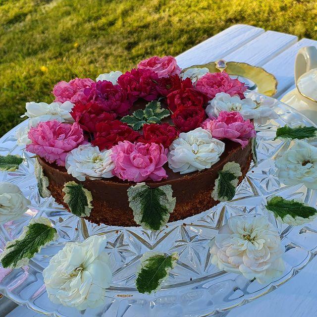 Romantisk mandeltårta med ros och äppelm
