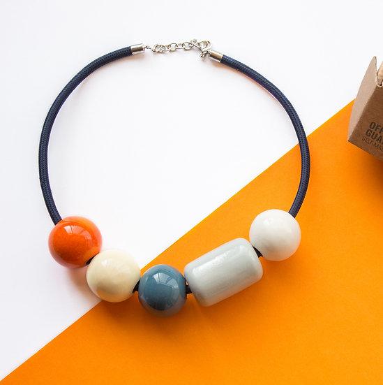 Girocollo a sfere in ceramica. Grigio, avorio, blu pavone, bianco e arancione