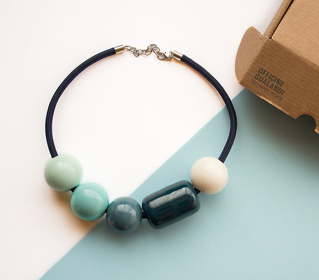 Collana sfere in ceramica. colore verde petrolio, verde acqua, blu pavone e cele